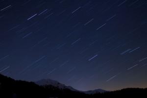 céu estrelado noturno em exposição longa foto