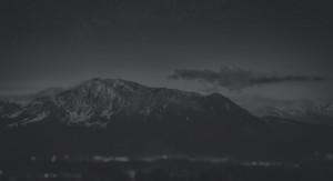 home imagem da montanha em Preto e Branco