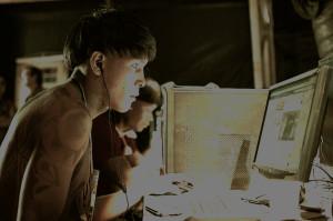 índio na frente de um computador
